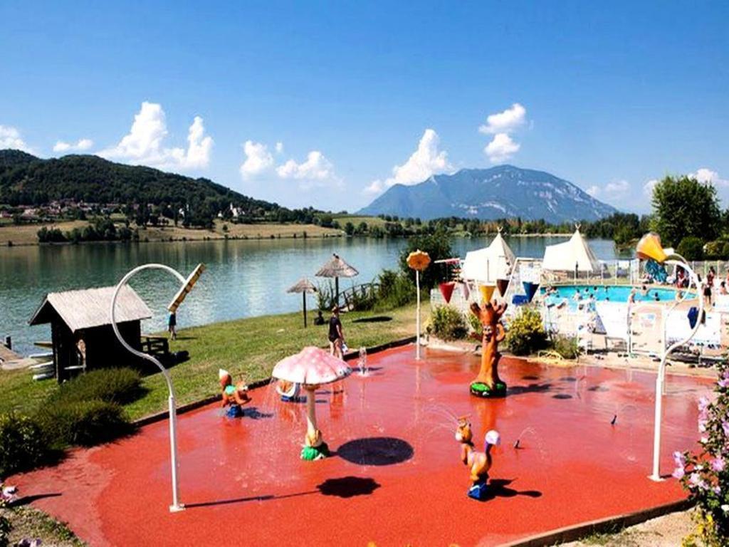 camping le lac du lit du roi massignieu de rives aix les bains 76 locations d s 206. Black Bedroom Furniture Sets. Home Design Ideas