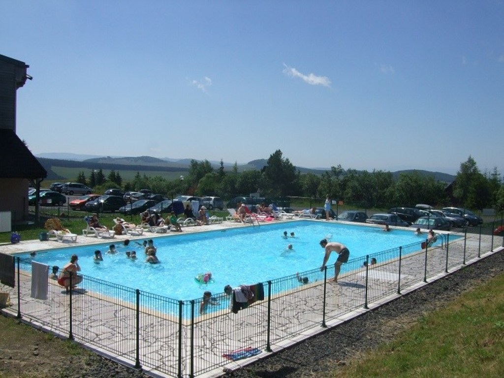 R sidence le bois de la reine super besse 124 locations for Super besse piscine